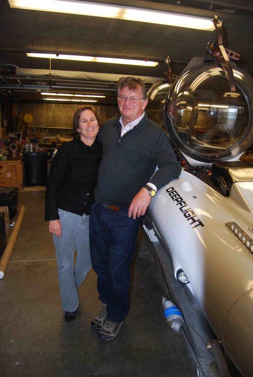 Karen+%28left%29+and+Graham+%28right%29+Hawke+posing+with+the+Deep+Flight+submarine.