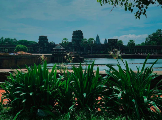 Angkor+Wat+temple+grounds+in+bright+daylight.